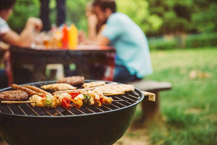 バーベキューで色々な食材を焼いている様子の写真