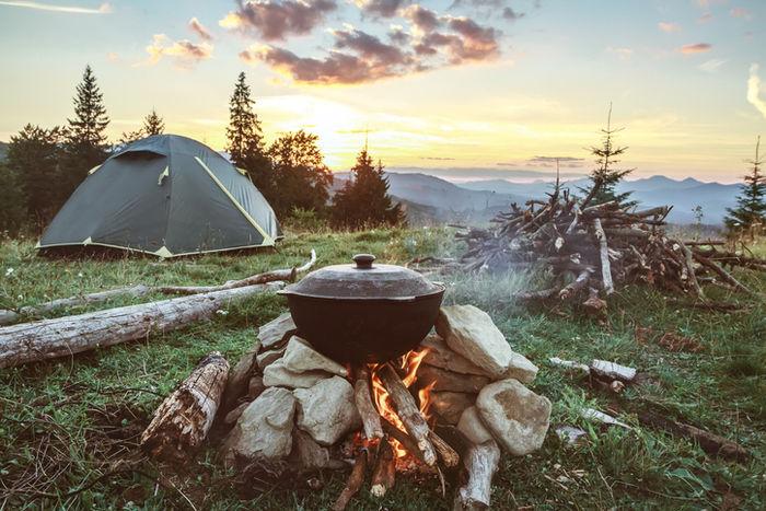 石を積み上げて土台を作り、火をおこして調理している様子の写真