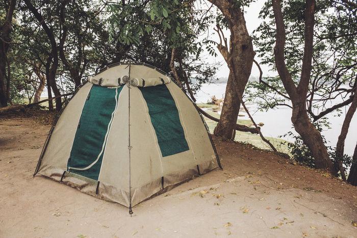 土の上に張ってあるテントの写真