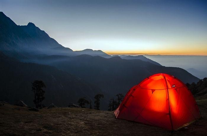 朝焼けに照らされたテントの写真