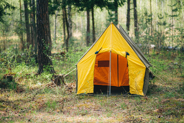 山の中に一つ張ってあるテントの写真