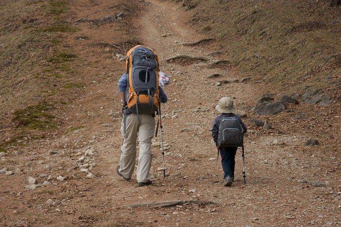 山を歩く親子