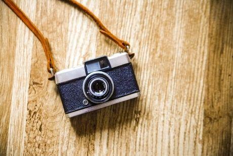 首紐がついたカメラの写真
