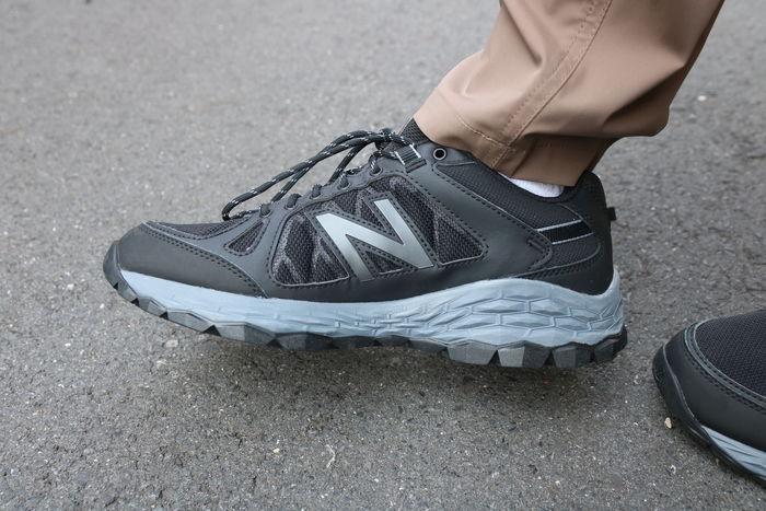ニューバランスのスニーカーを履いている男性の足元の写真
