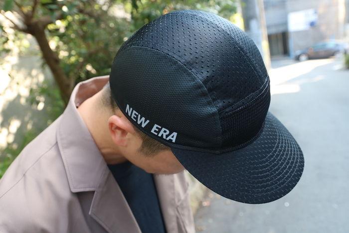 ニューエラのキャップを被った男性の写真