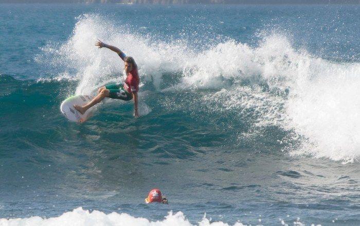 サーフィンをしている男性の写真