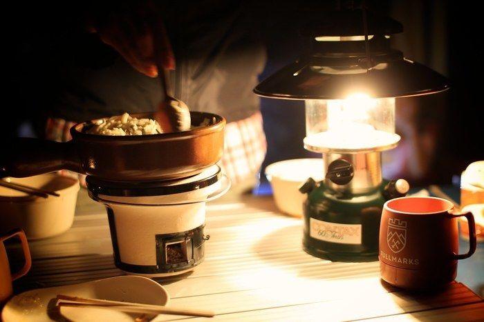 ランタンを灯ながら、調理をしている写真