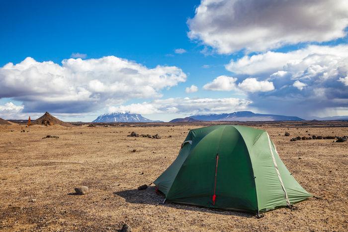 芝生の上に立っているテント