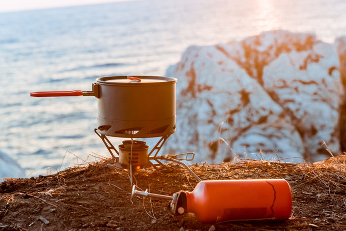 海外沿いの崖で調理しようとしている写真