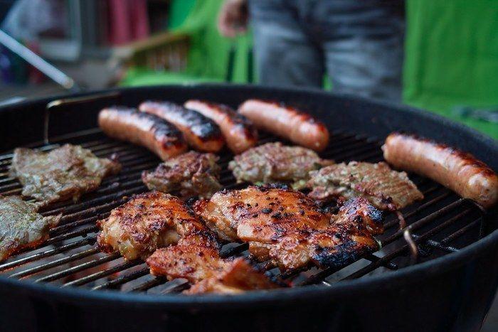 バーベキューで肉を焼いている写真