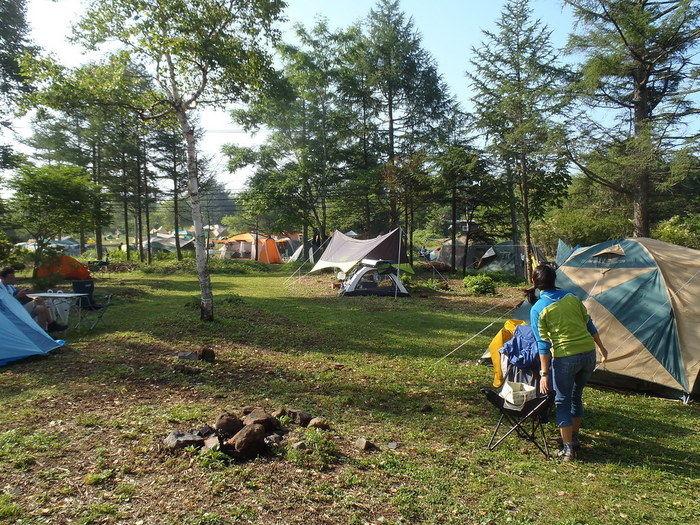 テントサイトでテントが設営されている様子