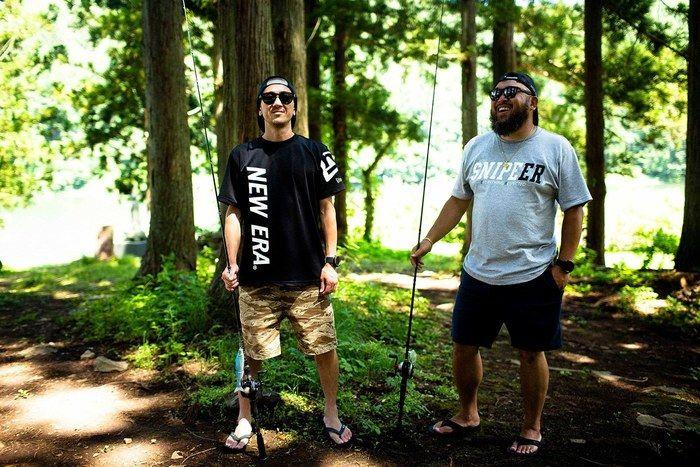 ニューエラのアパレルを着た二人の男性の写真