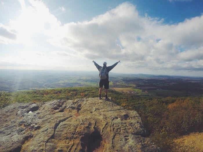 山頂で手を上げている写真