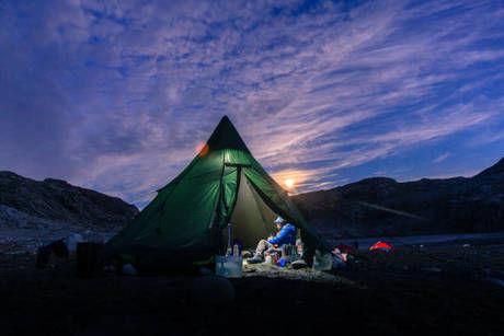 ソロキャンプをしている男性の写真