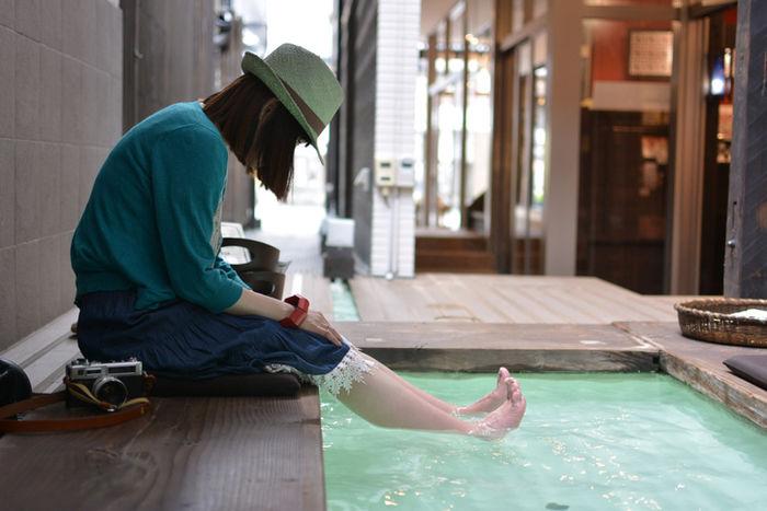 足湯に浸かる女性