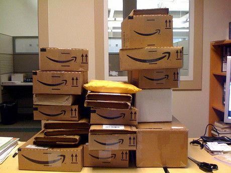 Amazonのダンボールが積まれた様子