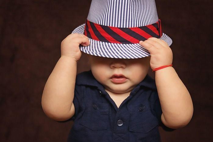 帽子をかぶる子ども