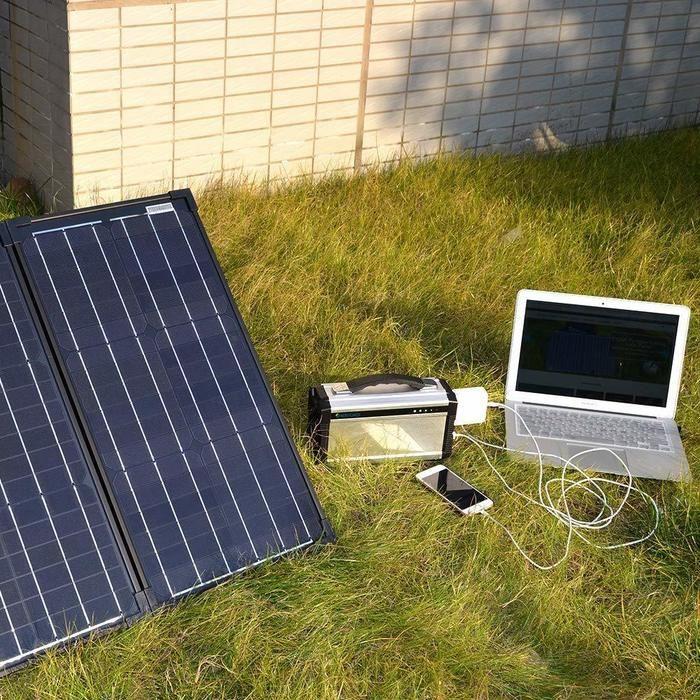 ソーラー発電でポータブル電源を使用している様子
