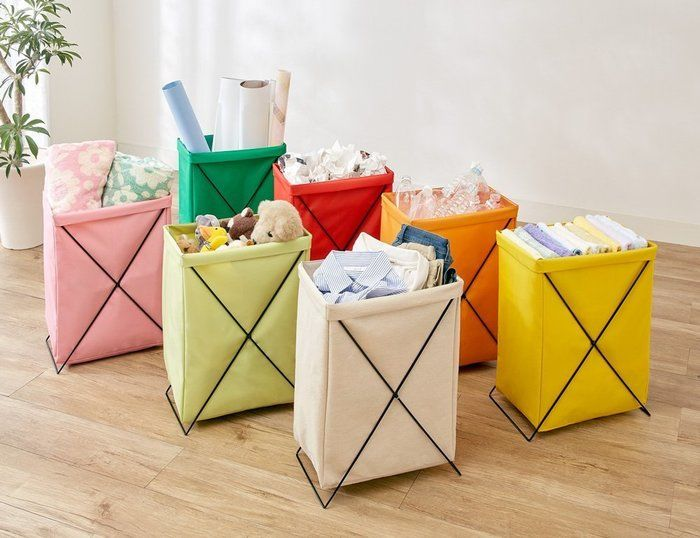 カラフルな折りたたみゴミ箱が7つ並んだ様子