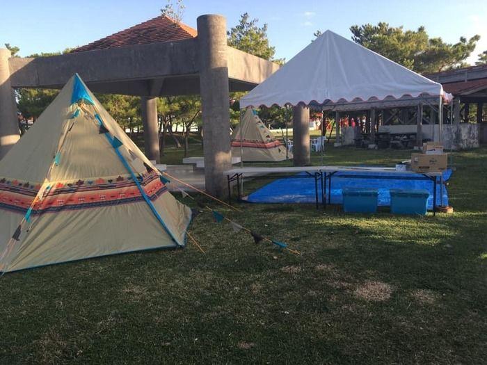 沖縄県総合運動公園キャンプ場に建てられたテントの様子