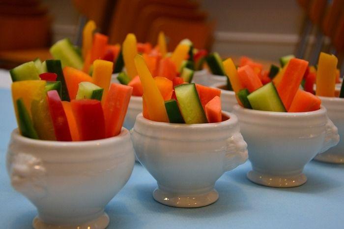 机の上に置かれたスティック野菜