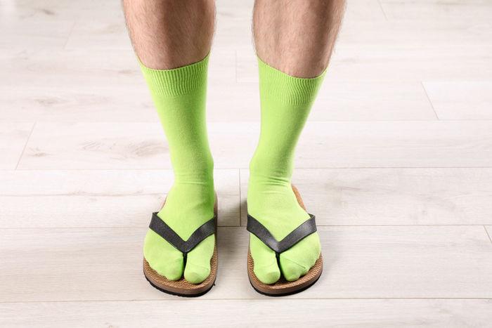 靴下を履いてサンダルを履いている写真