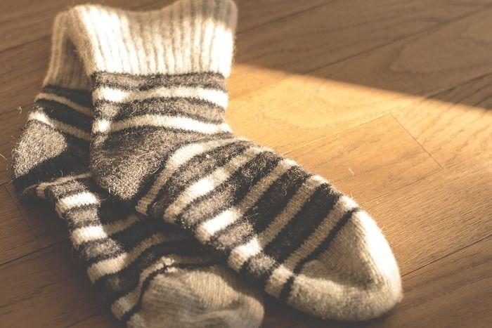 陽に照らされるウールの靴下