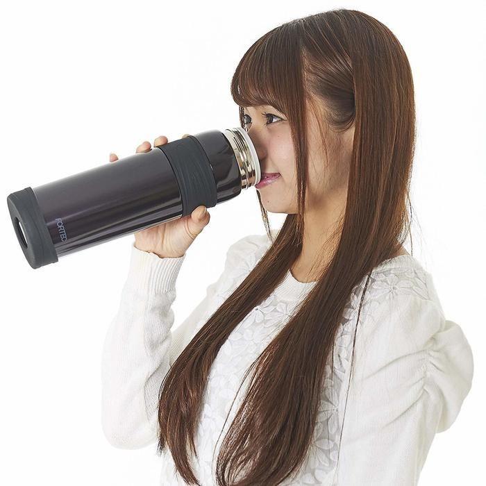 マグボトルを飲む女性