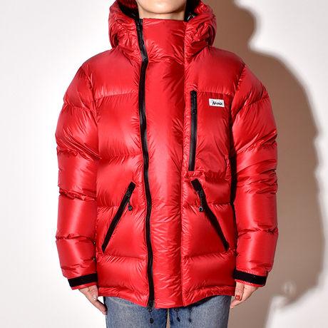 ナンガホワイトレーベルのジャケットを着た女性