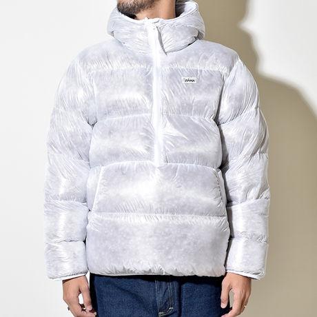 ナンガホワイトレーベルのジャケットを着た男性
