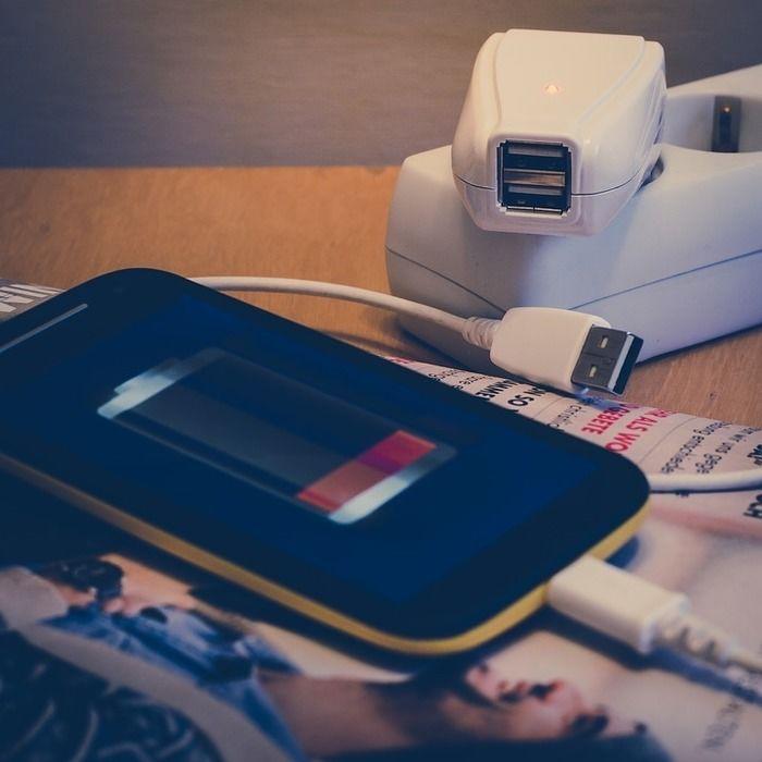 ケータイを充電している写真