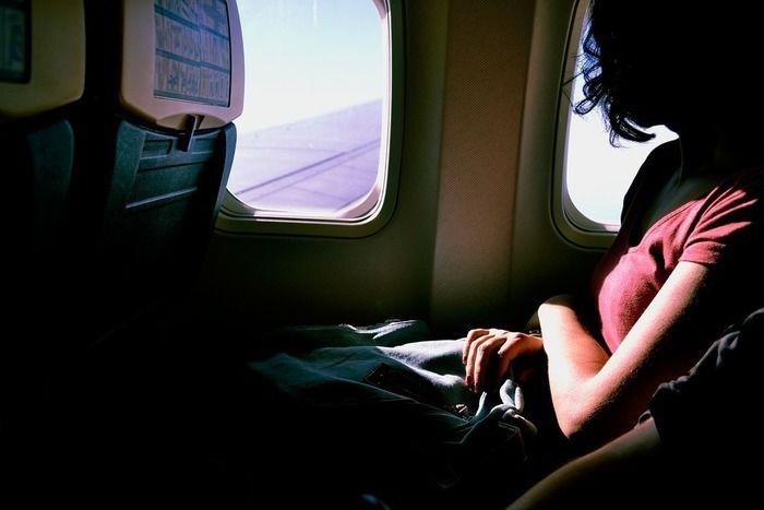 飛行機に乗っている女性の写真