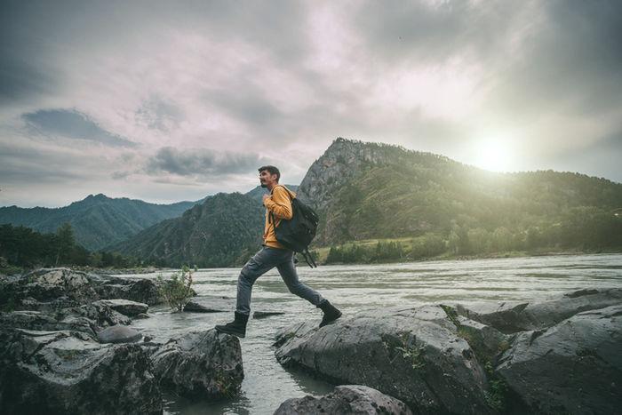 ハイキングをしている男性の写真