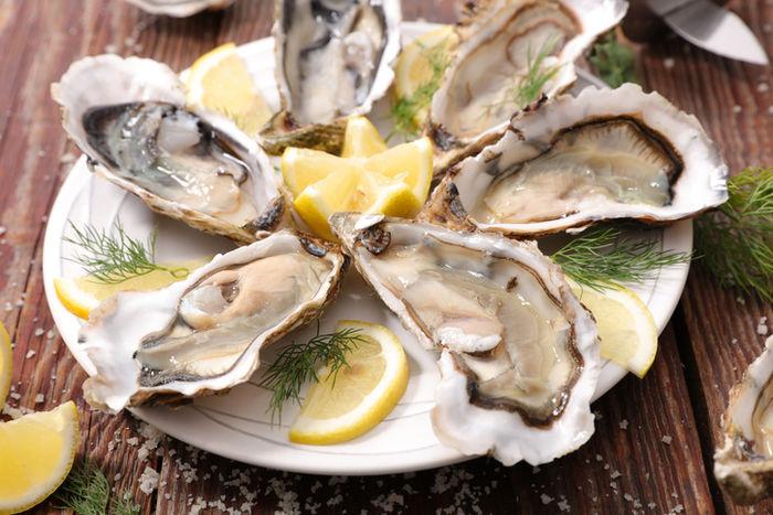皿に盛り付けられた牡蠣