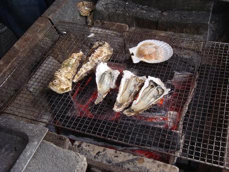 網で海鮮を焼いている写真