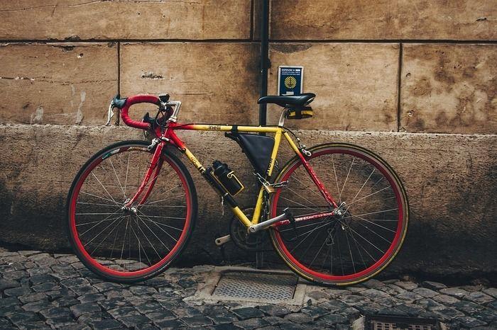 壁に立てかけてあるロードバイクの写真