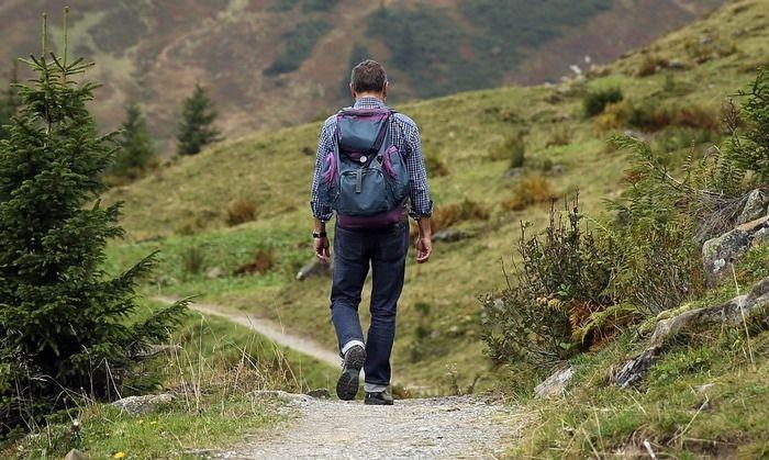 リュックを背負って歩いている男性の写真