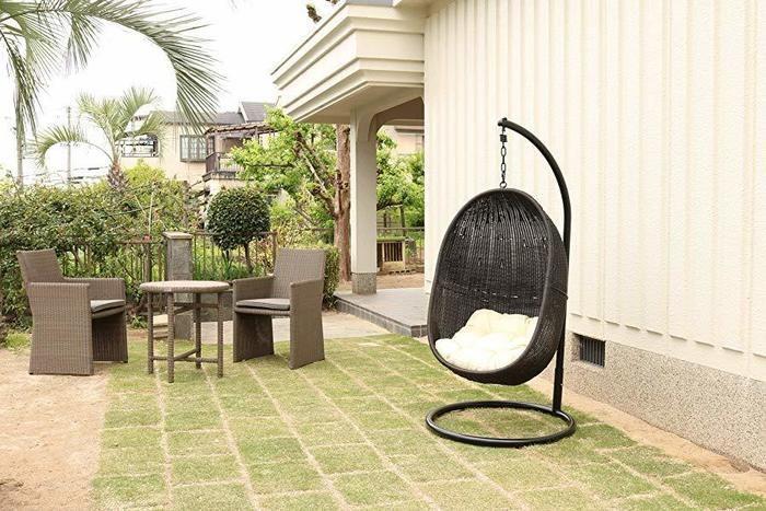 家の庭に置いてあるハンギングチェア