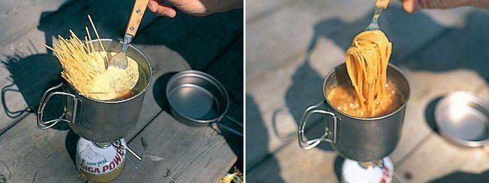 スノーピークのアルミ鍋を使って料理する様子