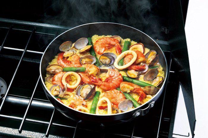 コールマンのアルミ鍋を使って料理している様子