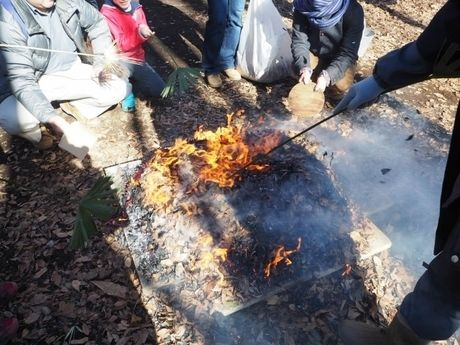 焚き火をする人々