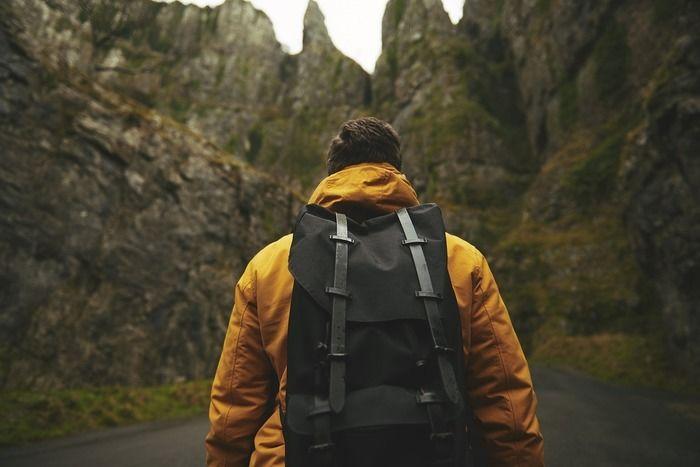 山をのぼる男性
