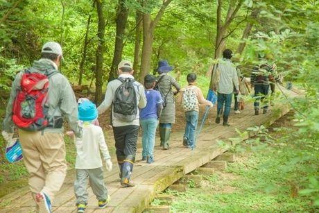 山の中を歩く親子
