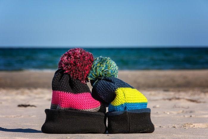 海外沿いの砂浜に置いてあるニット帽