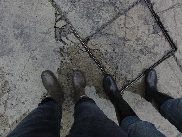 カップルで長靴を履いている足元の写真