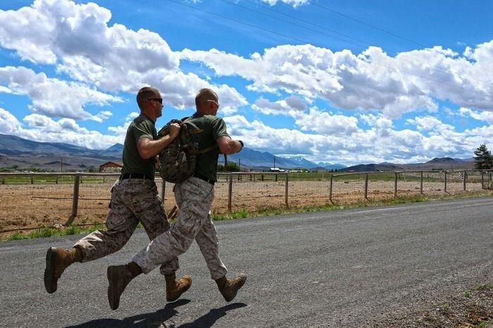 道路を走っている軍人