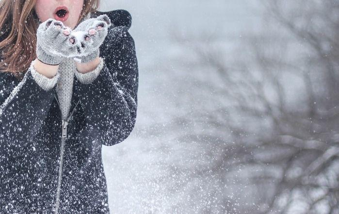 雪で遊んでいる女性の写真