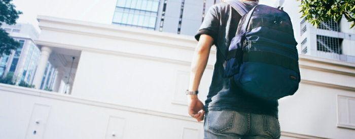 ブリーフィングのリュックを背負った男性の写真