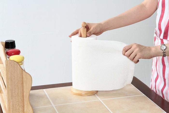 キッチンペーパーホルダーにペーパーを巻いている写真