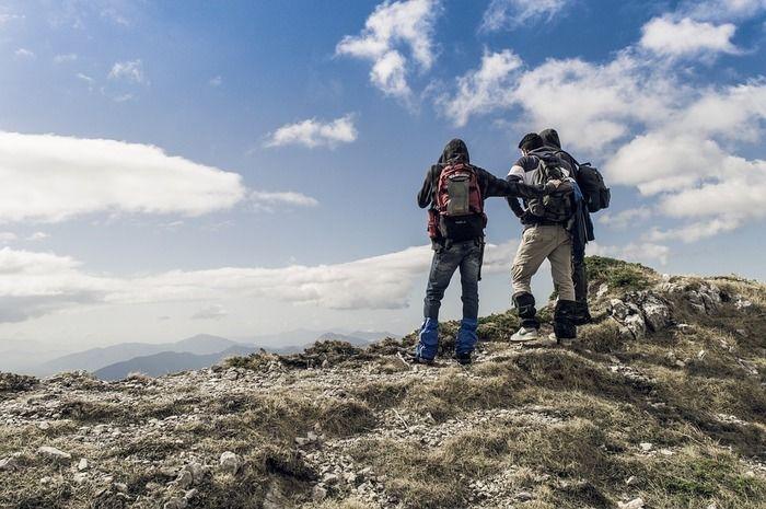 山からの景気を楽しんでいる三人組